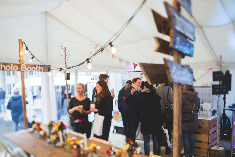 Ausstellungsbereich im weißen Zelt