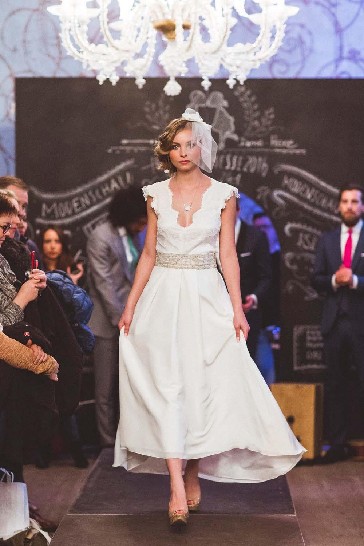 Model im Brautkleid vor handbemalter Tafelwand