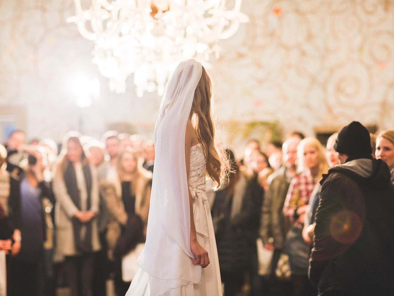 Model im Brautkleid