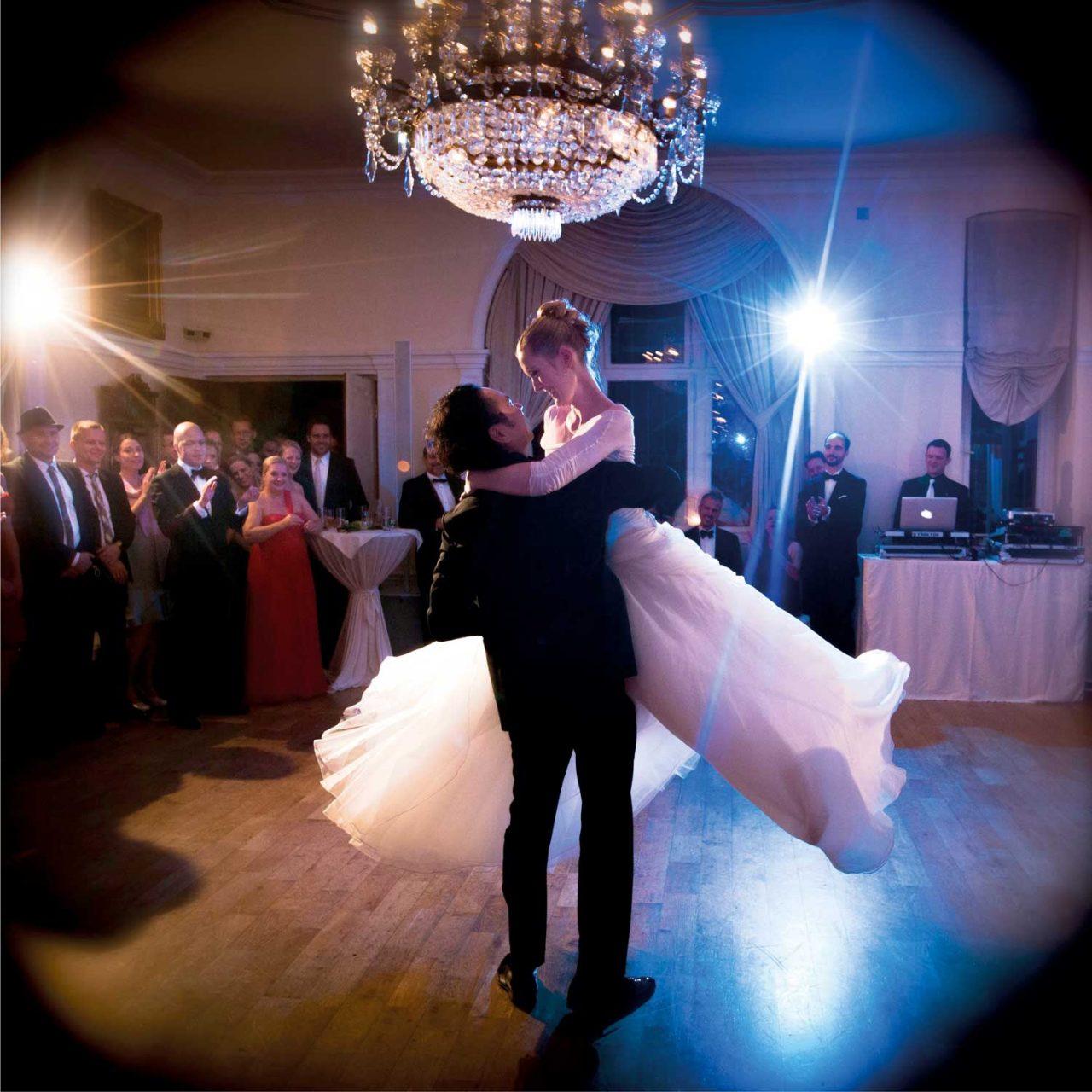 Hochzeitspaar tanzt Hochzeitstanz mit Hebefigur