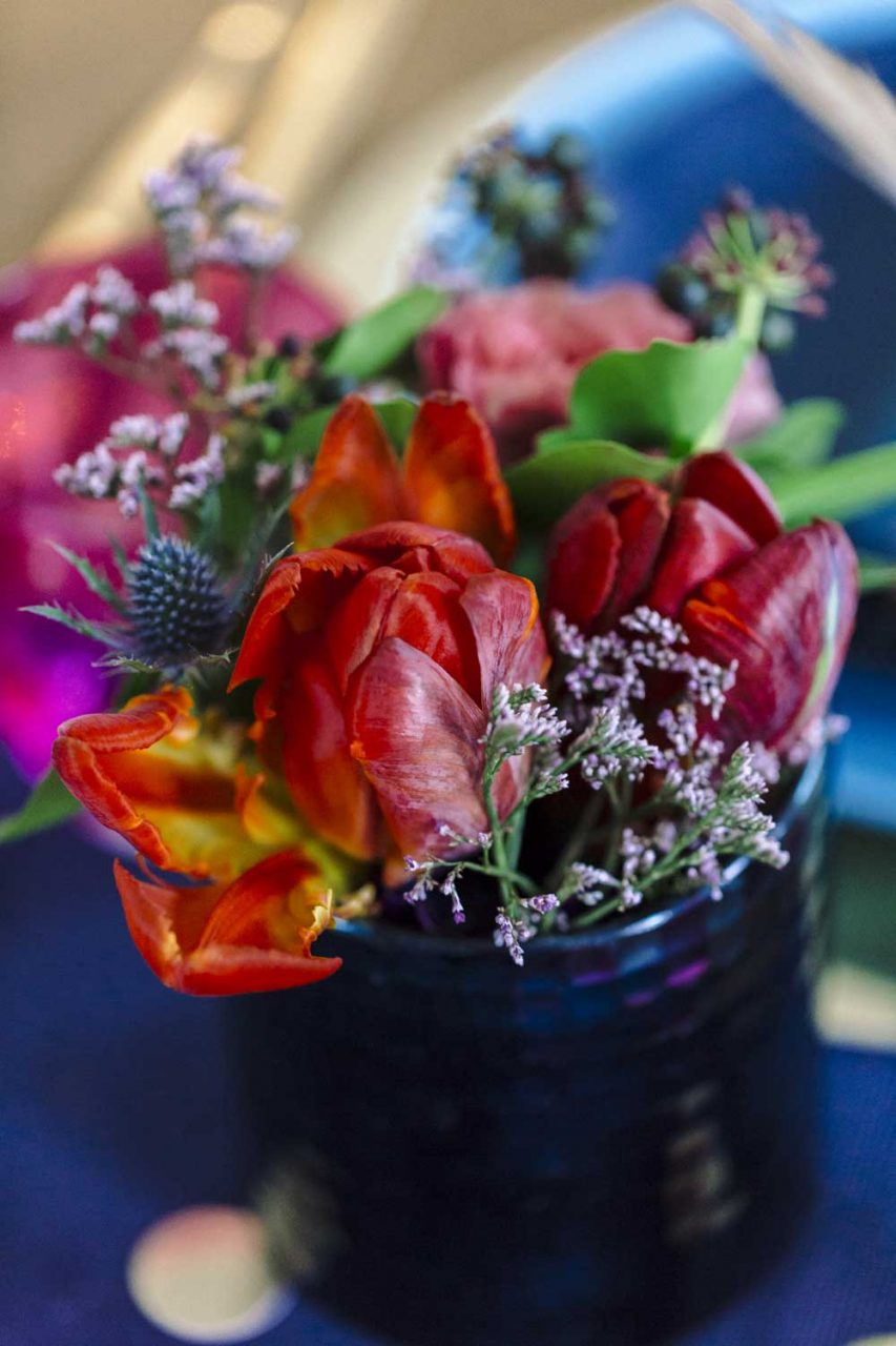 Tischdekoration: Kornblumen und Tulpen