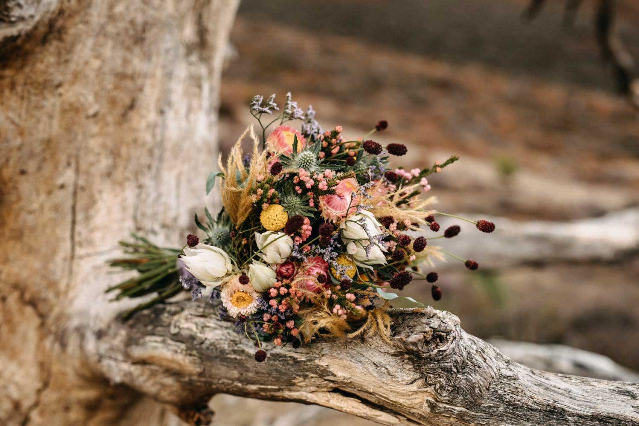 Braut mit Brautstrauß in Rosa, Weiß und Bordeaux