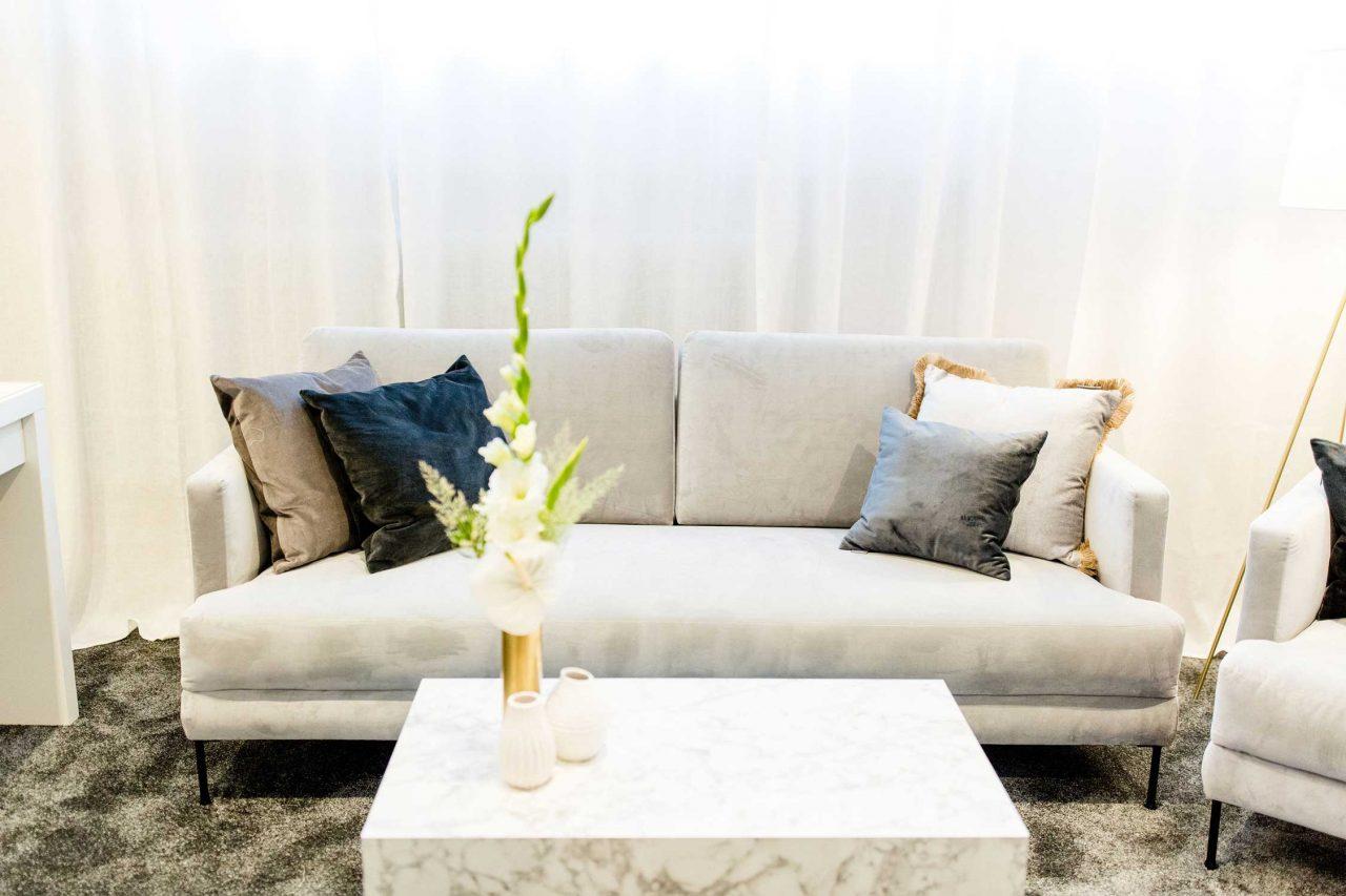 Sofa in Ladenlokal von maleika Brautboutique.