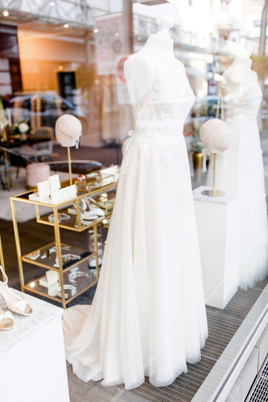 Ladenlokal von maleika Brautboutique mit Hochzeitskleid im Schaufenster
