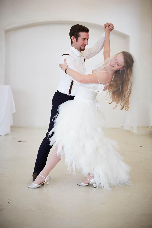 Hochzeitspaar tanzt Walzer