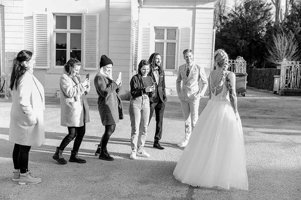 Braut wird vor Schloss Benrath fotografiert
