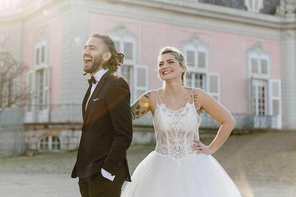 Hochzeitspaar vor Schloss Benrath
