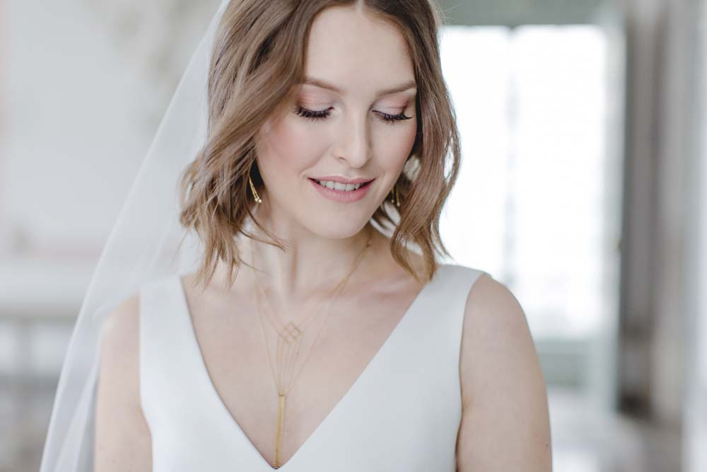 Braut in elegantem Hochzeitskleid von Isi Lieb