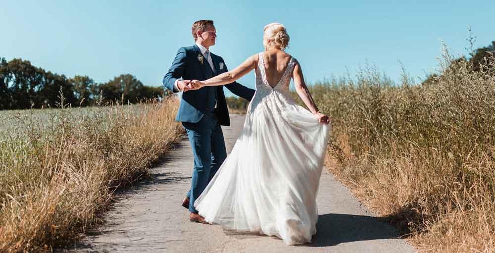 Hochzeitspaar auf Wiese