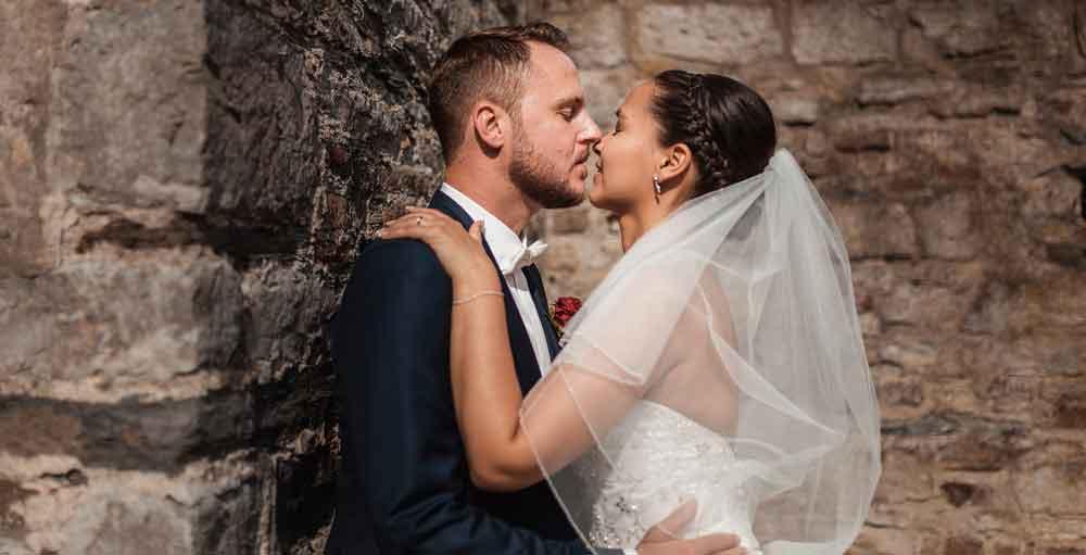 Hochzeitspaar blickt sich in die Augen