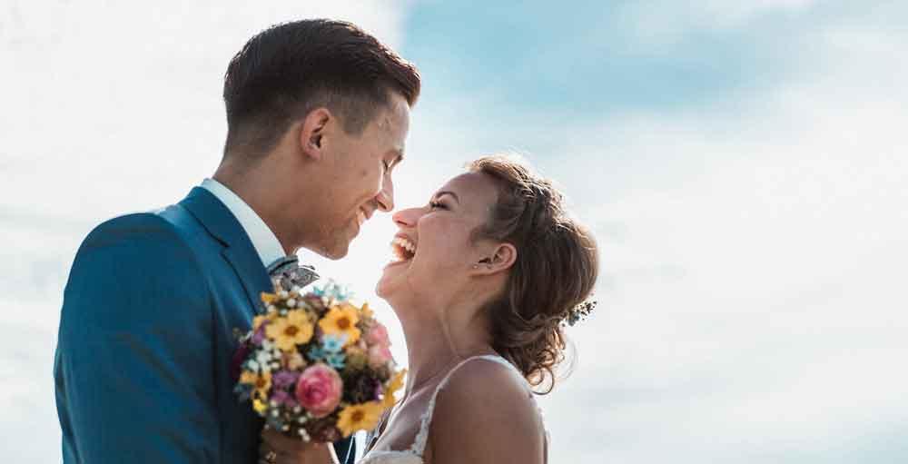 Hochzeitspaar freut sich