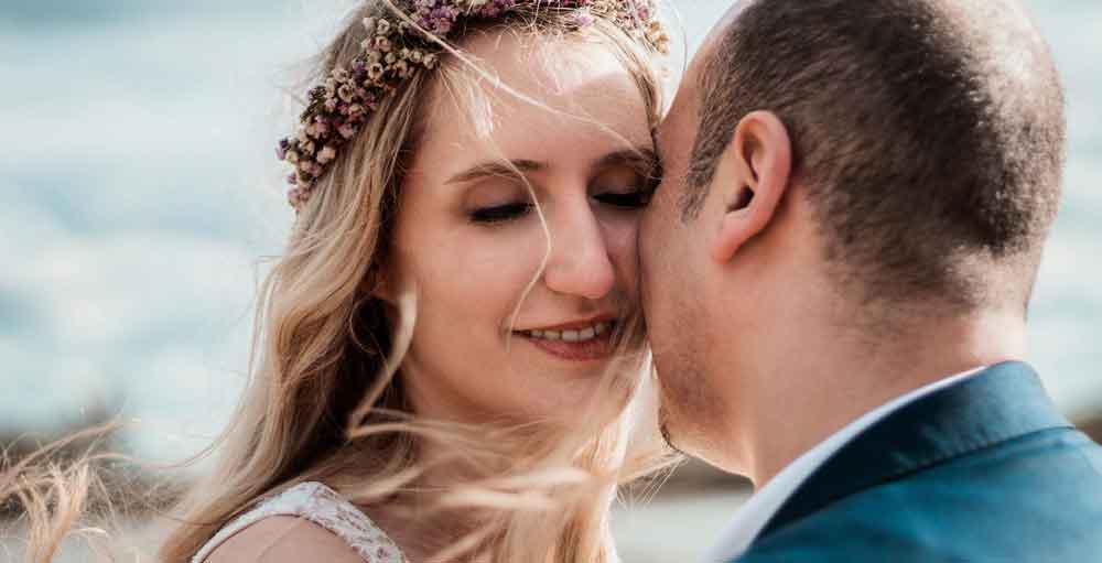 Braut und Bräutigam herzen sich