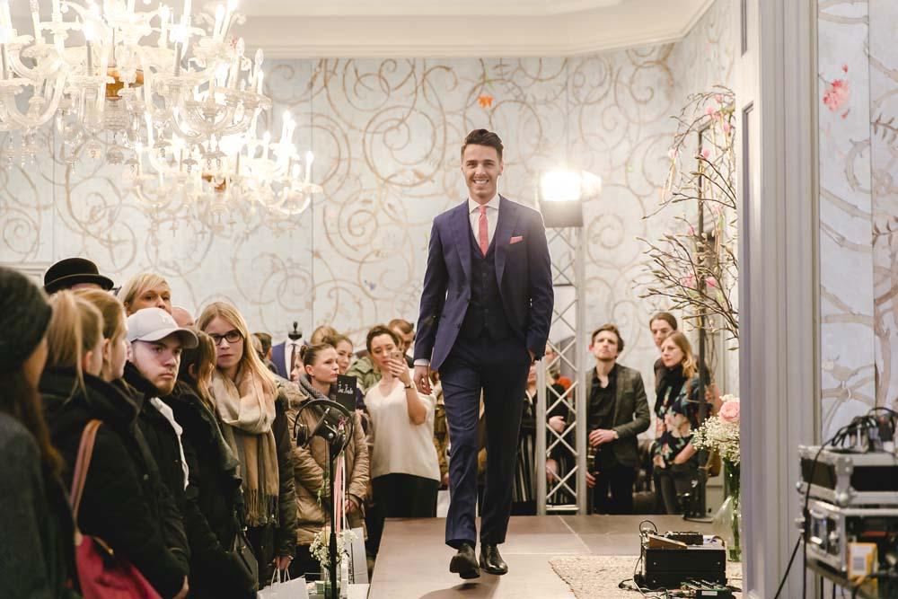 Model in Hochzeitsanzug | Foto: Katharina Hein