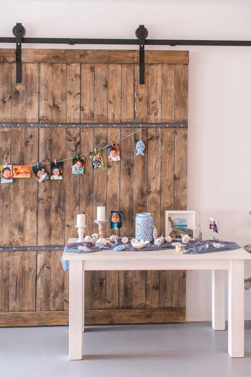 Shabby Chic-Tisch vor Altholz-Wand