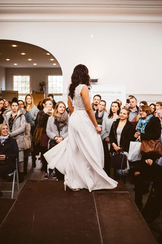 Modenschau der Bube Dame Herz Hochzeitsmesse auf der Galopprennbahn