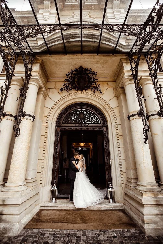 Hochzeitskuss im Säulengang