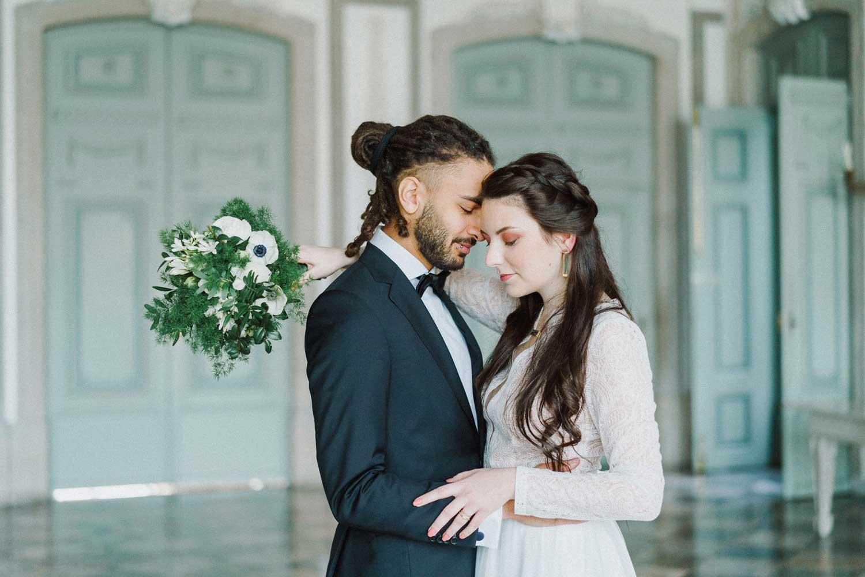 Brautpaar mit Strauß