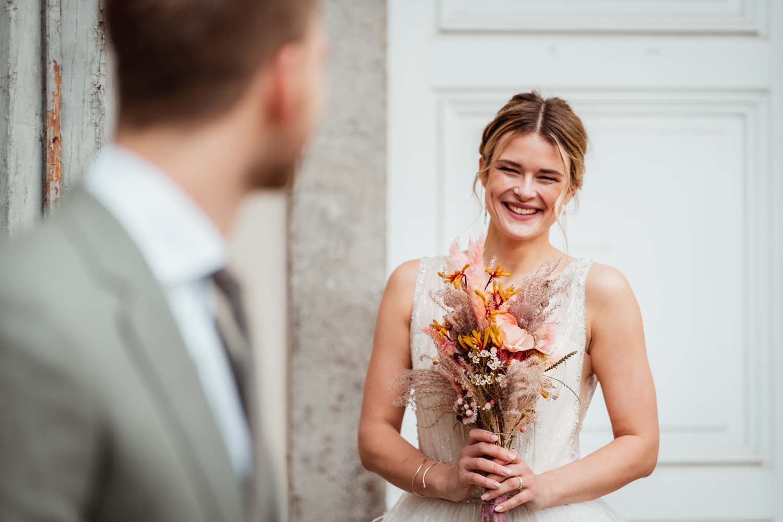 Braut im Brautkleid mit Strauß