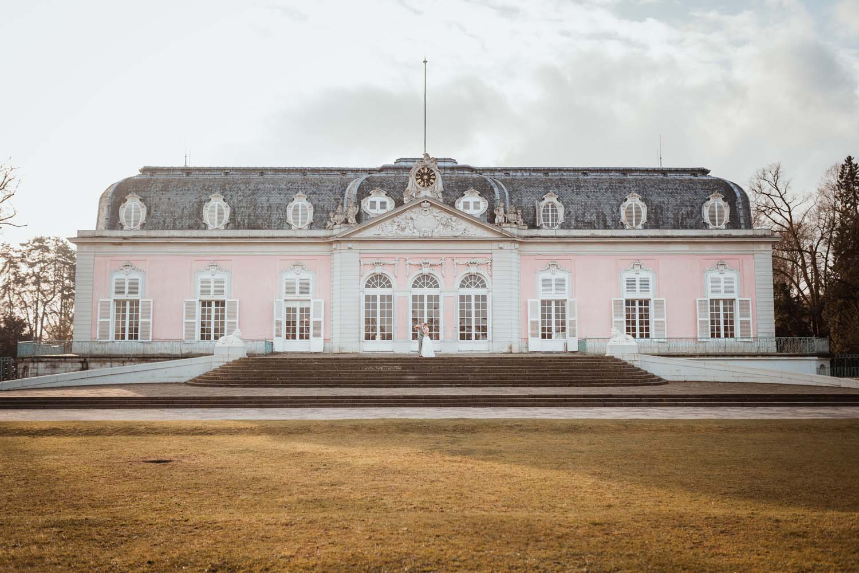 Brautpaar vor dem Schloss Benrath