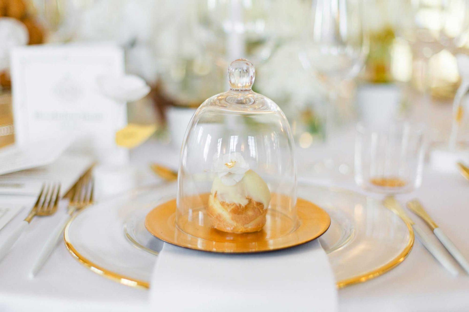 Goldener Teller mit Glascloches