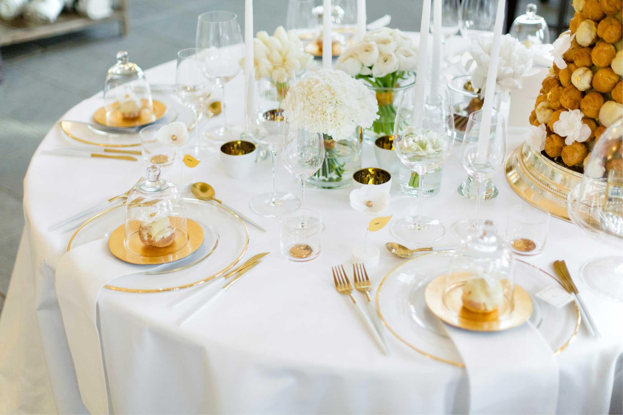 Hochzeitstisch in Gold und Weiß