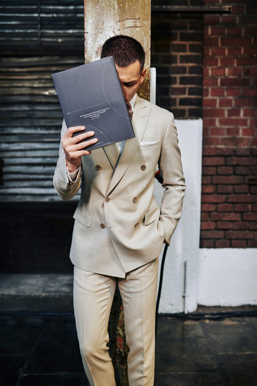 Bräutigam im beigen Anzug