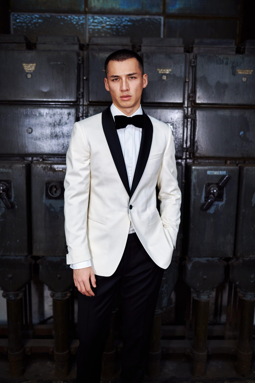 Bräutigam im weißen Dinner-Jacket