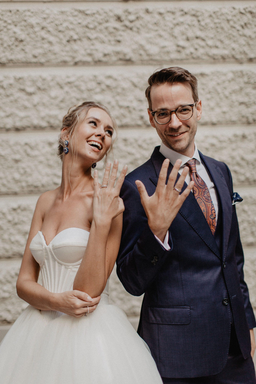 Brautpaar mit Bräutigam im dunkelblauen Dreiteiler