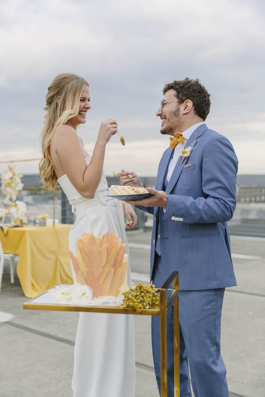 Unser Hochzeitspaar belohnt sich mit der Hochzeitstorte