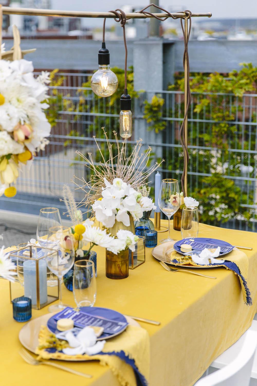 Tischdeko in Mustard, Gold und Blau