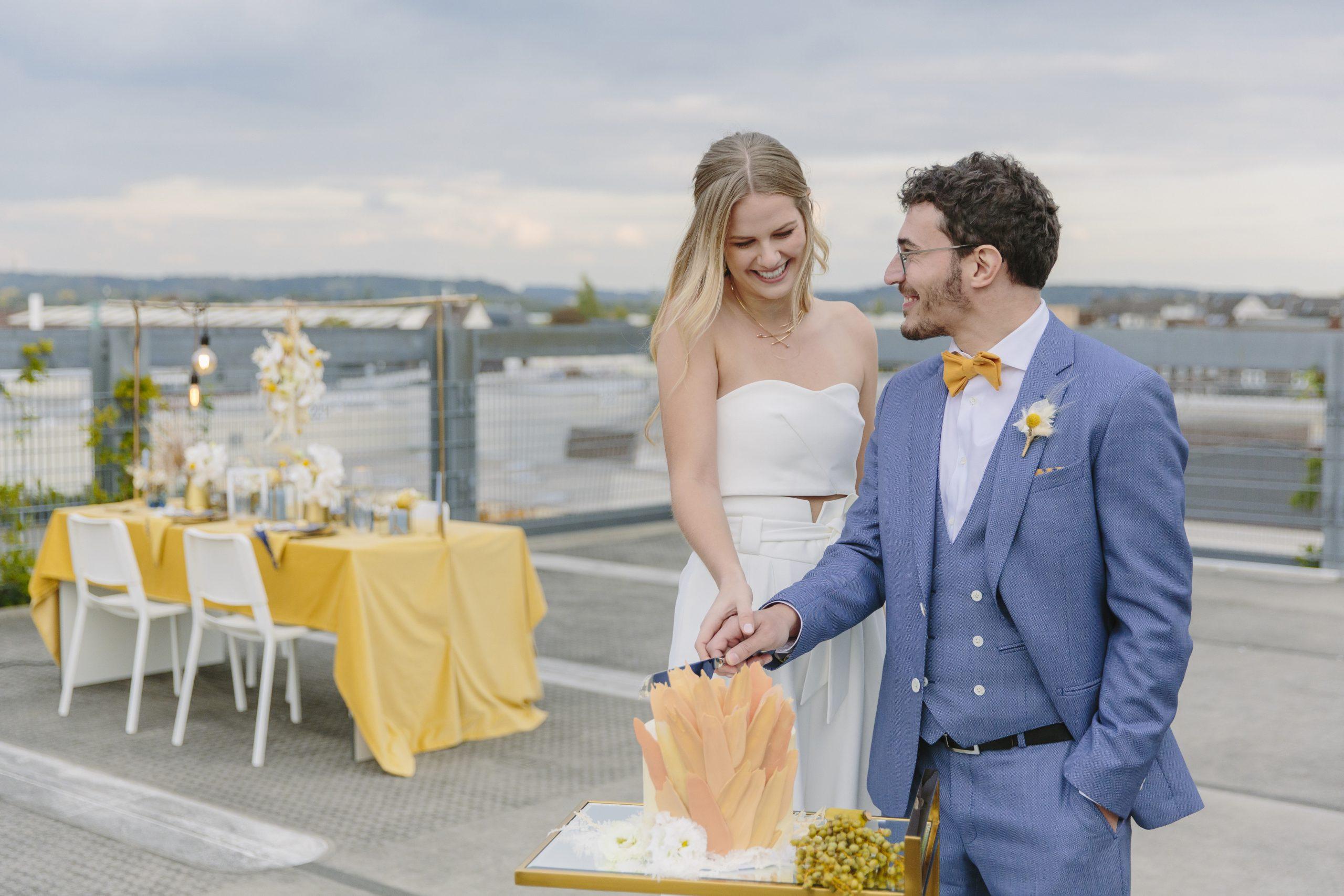 Unser Hochzeitspaar schneidet die Hochzeitstorte von SweetCup by Viktoria an.