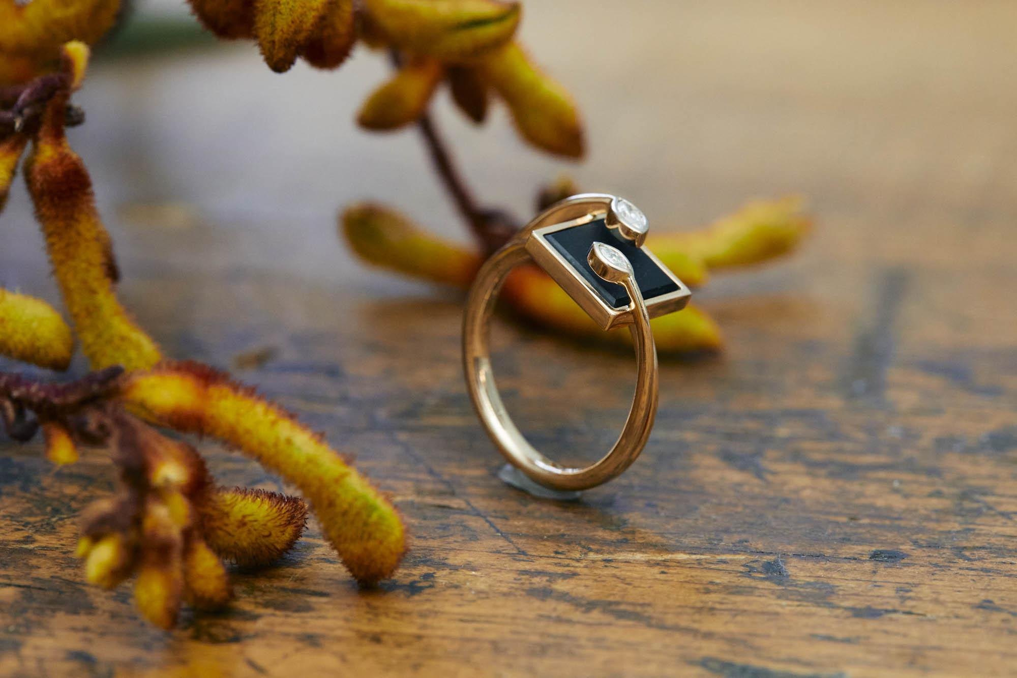 Goldener Ring mit Onyx und weißen Brillanten