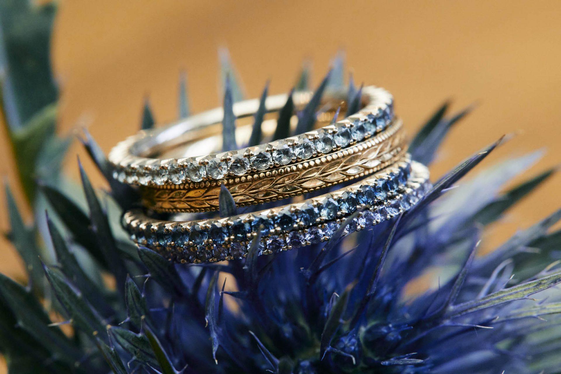 Verschiedene Vorsteckringe mit blauen Saphiren und Brillanten.